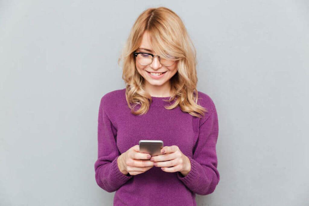 Femme effectuant une recherche sur son téléphone mobile