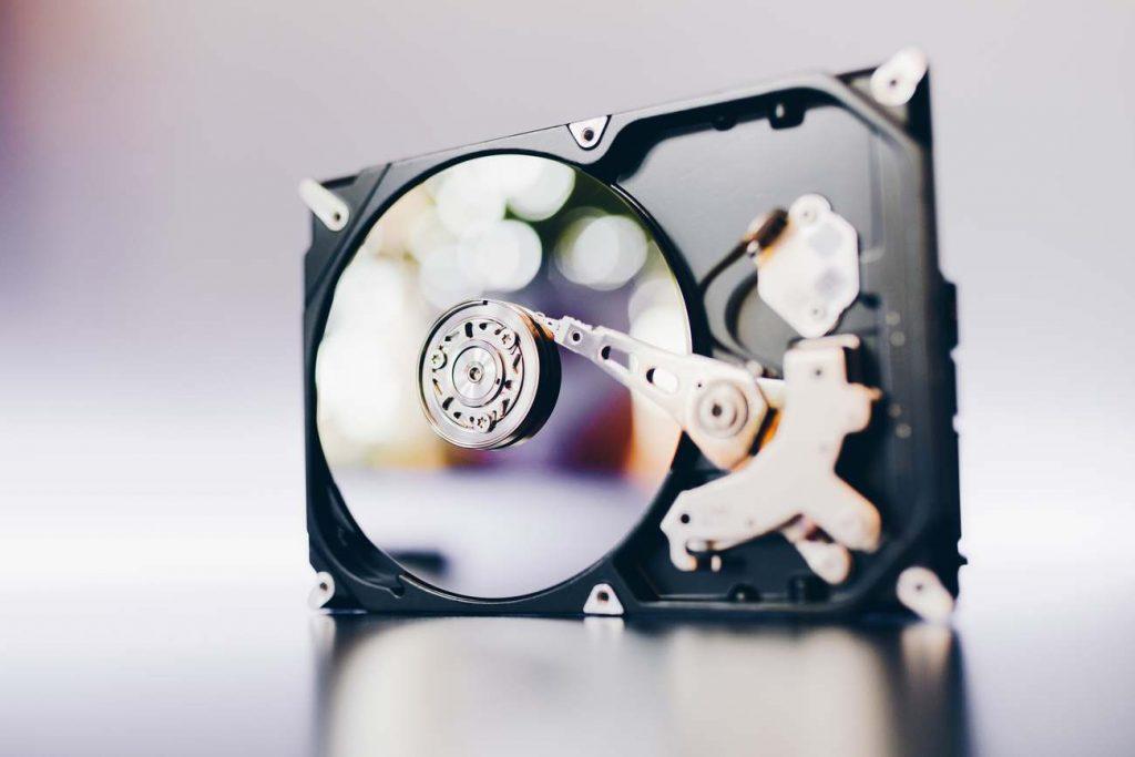 Disque dur démonté de l'ordinateur, hdd avec effet miroir. Disque dur ouvert de l'ordinateur, hdd avec effet miroir. Partie de l'ordinateur pc, portable
